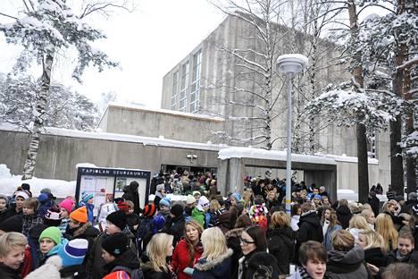 Monissa kouluissa koululaiset osallistuvat juhlapyhien aikoihin kirkoissa järjestettyihin hartaustilaisuuksiin. Kuvassa koululaisia tulossa kirkosta Tapiolassa joulun alla vuonna 2010.