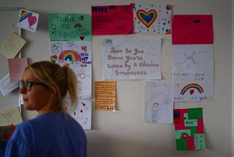 Kiitoskorttiseinä henkilökunnan taukohuoneessa The Royal Blackburn -opetussairaalassa.