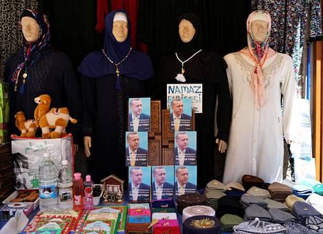 Ankaralaisen kaupan näyteikkunassa myytiin keskiviikkona muun muassa kirjaa Turkin presidentti Tayyip Erdoganista.