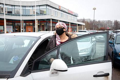 Shaman Yassen went to fetch lunch for his daughter, who is in distance education, from his brother's restaurant in Puhos shopping center.  He considers the current restrictions necessary.