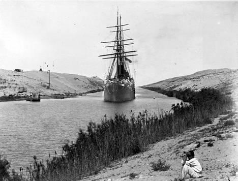 Ranskalainen fregatti purjehtii juuri avatussa Suezin kanavassa vuonna 1869.