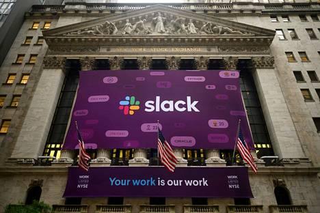 Slackin logoa esittävä mainoslakana nostettiin New Yorkin pörssin seinustalle Wall Streetille torstaina.