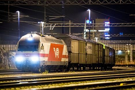 Tavarajuna lähdössä Vuosaaren satamasta.