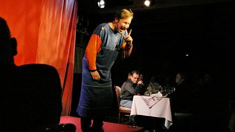 Vuonna 2003 Erkki Saarela esitti Fon monologisarjaa teatteriravintola Nyyrikissä Helsingissä.