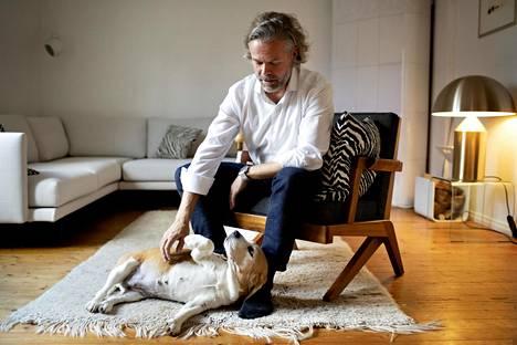 Arkkitehti Kimmo Lintula asuu perheineen Puu-Käpylässä ja pitää tasapainoista, kaunista ympäristöä tärkeänä vastapainona pitkäjänteiselle työlle. Kuvassa seurana Leni-koira.