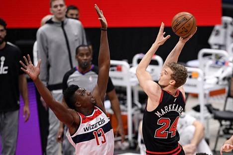 Ennen viime yön ottelua Lauri Markkanen pelasi edellisen kerran joulukuun 29. päivänä. Kuvassa Markkanen heittää Washington Wizardsin Thomas Bryantin yli.