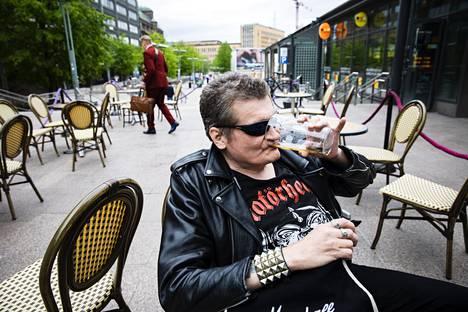 Eläkkeellä oleva Jukka Rahkonen ehti ensimmäisten joukossa Pub Ikkunaan maanantaina.