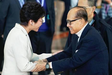 Hongkongin rikkain mies Li Ka-shing kätteli Carrie Lamia sunnuntaina ennen kuin asteli äänestämään. Li ei ollut varsinaisesti nimennyt suosikkiehdokastaan, mutta aiemmin tällä viikolla hän vihjasi olevansa Lamin kannalla.