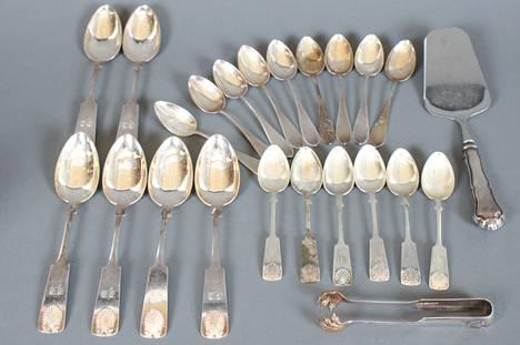 Eräässä kuolinpesässä lakanoiden väliin oli kätketty kuvassa näkyvän kokoelman kaltainen lajitelma hopeaesineitä.
