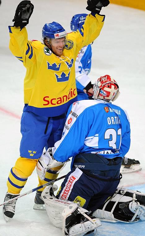 Nicklas Danielsson juhlii kiekon livahtamista Joni Ortion taakse: peli on 3–1 Ruotsille.