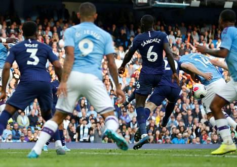 Manchester Cityn Aymeric Laporte (toinen oik.) osui palloon kädellä ennen Gabriel Jesusin tekemää maalia, joka hylättiin videotarkistuksen jälkeen.