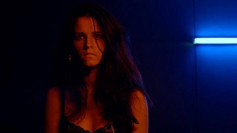 Jemina Sillanpää näyttelee Weraa, jonka avulla Tomas pääsee sisarensa jäljille.