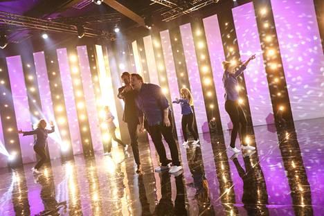 Putouksesta on meneillään 10. tuotantokausi. Kuvassa etualalla Roope Salminen ja Mikko Penttilä.