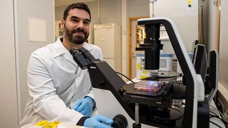 Giuseppe Balistreri johtaa Helsingin yliopistossa virustutkimusryhmää.