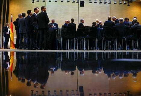 Saksalaisen kauppadelegaation jäsenet seisovat hämmentyneinä sen jälkeen kun Saksan talousministeri Sigmar Gabriel perui tapaamisensa kiinalaiskollegansa Gao Huchengin kanssa Pekingissä tiistaina.