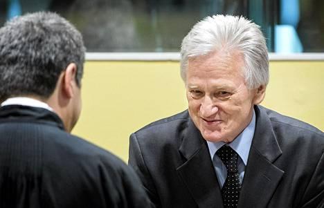 Momcilo Perisic puhui asianajajalleen ennen oikeusistuntoa Haagissa torstaina.