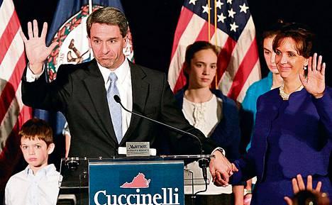 Äärikonservatiivien suosikki Ken Cuccinelli vilkutti kannattajilleen hävittyään Virginian osavaltion kuvernöörinvaalit.