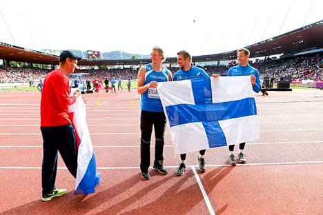 Keihäänheiton kultamitalisti Antti Ruuskanen (keskellä lipun takana), pronssimitalisti Tero Pitkämäki (oik.) ja neljänneksi heittänyt Lassi Etelätalo EM-kisoissa Zürichissä 2014. Hopeamitalisti, Tšekin Vítězslav Veselý, tuli mukaan yhteiskuvaan.