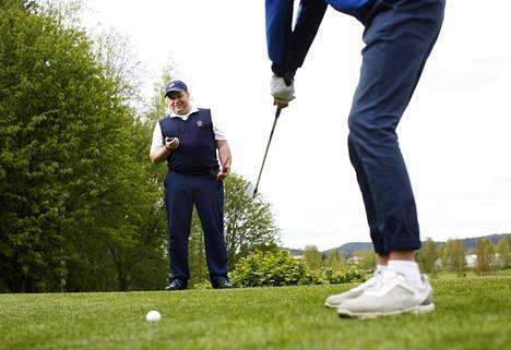 Golftuomari Arto Teittisen yksi tehtävistä on valvoa, ettei pelaaja pelaa liian hitaasti. Kellon kanssa pelaajia ei kuitenkaan valvota kuin harjoitusmielessä.