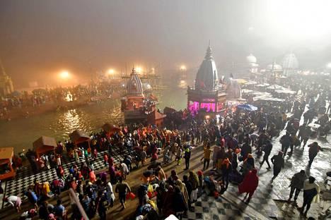 Hindupyhiinvaeltajat valmistautuvat kastautumaan Gangesjokeen torstaina aamulla.