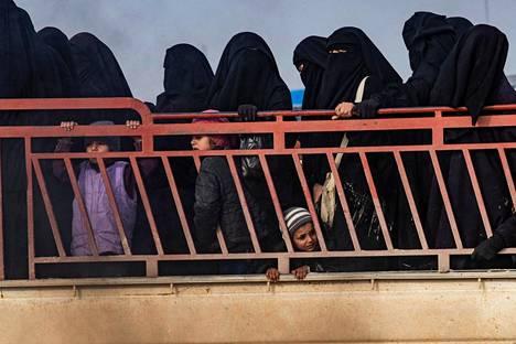 Naisia ja lapsia al-Holin leirillä viime viikolla.