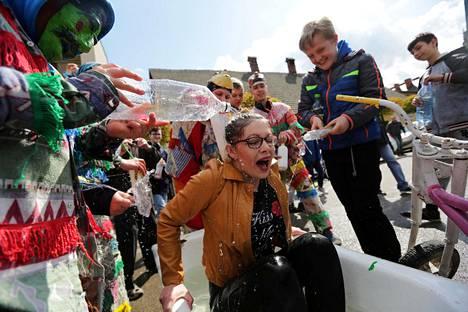 Puolalaisessa kansanperinteessä pääsiäismaanantai on omistettu vesileikeille, joissa tyypillisesti pojat kaatavat kylmää vettä tyttöjen päälle. Kuva on otettu eteläpuolalaisen Wilamowicen torilla neljä vuotta sitten.