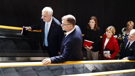 Sdp:n puheenjohtaja Antti Rinne (vas.) ja keskustan puheenjohtaja Juha Sipilä olivat joukon kärjessä kun hallituspuolueet saapuivat hallitusohjelman esittelytilaisuuteen Oodi-kirjastoon 3. kesäkuuta.