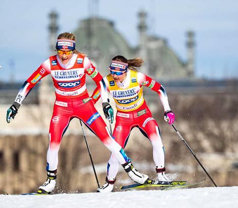 Therese Johaug (vas.) ja Ingvild Flugstad Østberg hiihtivät lähes koko matkan yhdessä maailmancupin päättäneessä takaa-ajossa Kanadan Quebecissä.