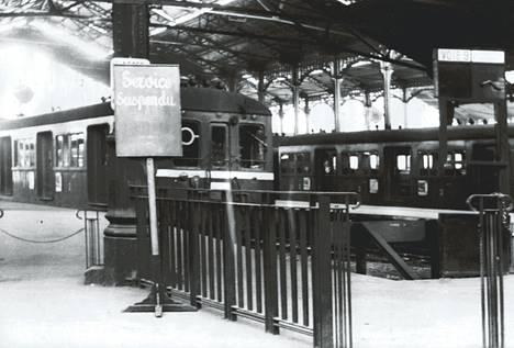 Myös Saint Lazaren asemalla Pariisissa oli hiljaista perjantaiaamuna jolloin yhtään esikaupunkijunaa ei saapunut eikä lähtenyt. Vuorokauden kestänyt yllätyslakko lamautti täydellisesti rautatieliikenteen.