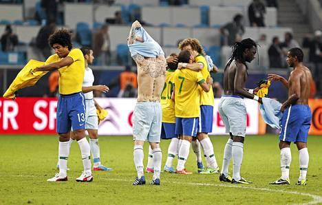 Brasilian ja Ranskan pelaajat perinteisissä paidanvaihtotalkoissa ystävyysottelun jälkeen.