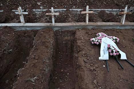 Kreikkalaisen Thessalonikin kaupungin hautausmaata on jouduttu laajentamaan lisääntyneiden koronakuolemien vuoksi. Keskiviikkona kaksi hautaa oli avoinna odottamassa uusia vainajia.
