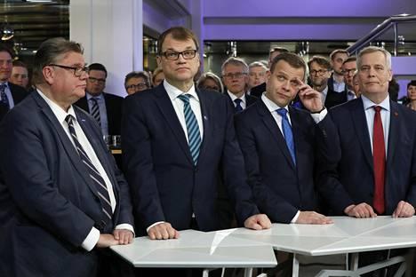 Perussuomalaisten Timo Soini, keskustan Juha Sipilä, kokoomuksen Petteri Orpo ja Sdp:n Antti Rinne kuntatalolla sunnuntaina.