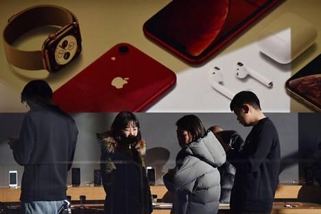 Asiakkaat tutustuivat Applen laitteisiin Pekingissä joulukuussa.