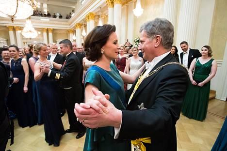 Tasavallan presidentti Sauli Niinistö ja rouva Jenni Haukio aloittivat tanssin Presidentinlinnassa viime itsenäisyyspäivänä.