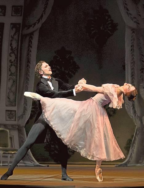 Onegin (Nicholas Ziegler) ja Tatjana (Desislava Stoeva) John Crankon Onegin-baletissa.