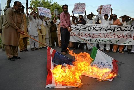 Pakistanilaiset polttivat Yhdysvaltojen ja Intian lippuja protestiksi Karachin lentokentälle tehtyä Taliban-liikkeen hyökkäystä vastaan maanantaina.