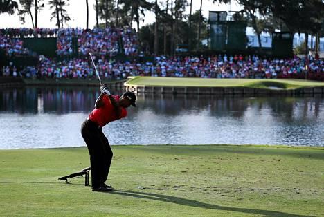 Tiger Woods lyö avauslyöntiään TPC Sawgrass-golfklubin Stadium-kentän ikonisella 17. reiällä sunnuntaina.