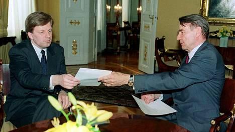 Keskustan puheenjohtaja Esko Aho saa hallitustunnustelijan tehtävän presidentti Mauno Koivistolta 8. huhtikuuta 1991.