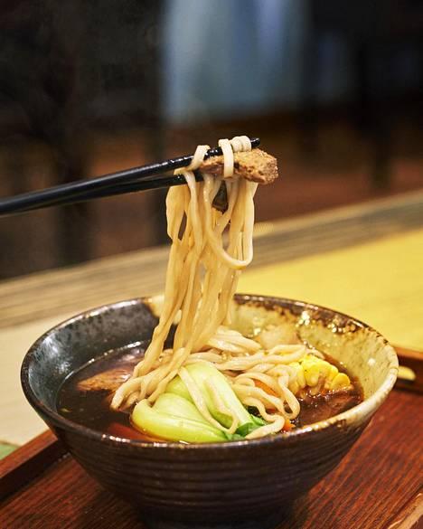"""""""Naudanlihanuudeleissa"""" on oikeasti soijassa ja mausteissa marinoitua tofua."""
