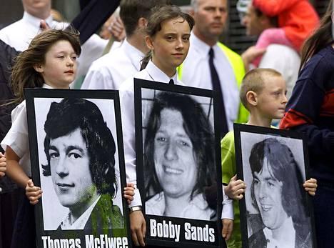 Nuori tyttö kantaa kuvaa Bobby Sandsista nälkälakon 20-vuosipäivänä vuonna 2001.