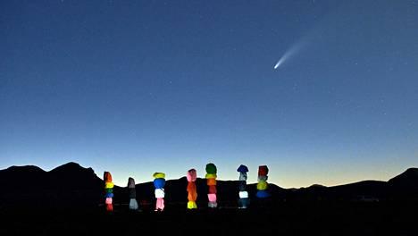 Komeetta NEOWISE lentää taivaalla taiteilija Ugo Rondinonen luoman Seven Magic Mountains -installaation yllä. Installaatio sijaitsee autiomaassa Las Vegasissa.