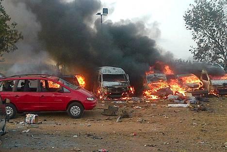 Bussipysäkillä tapahtunut räjähdys tappoi kymmeniä maanantaiaamuna Nigerian Abujassa.