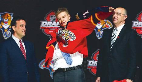 Aleksander Barkov veti ylleen Florida Panthersin pelipaidan, kun seura oli varannut hänet organisaatioonsa.