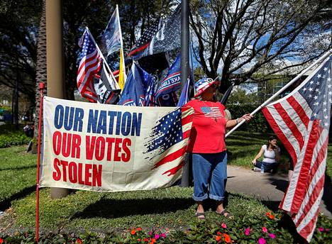 Vaalivilppistä muistuttava mielenosoittaja CPAC-konferenssin pitopaikan lähistöllä Orlandossa lauantaina.