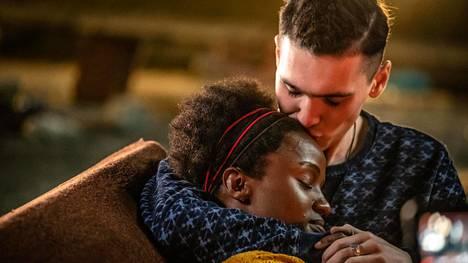 Sephy (Masali Baduza) ja Callum (Jack Rowan) solmivat suhteen, vaikka se on heidän erisävyisten ihojensa vuoksi laissa kielletty.