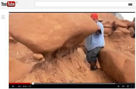 Video kivimuodostelman kaatavista miehistä on kerännyt kolme miljoonaa katsojaa. Kuva on kaappaus Youtubeen ladatusta videosta.
