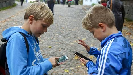 Luokkakaverit Elias Lundell ja Mikael Böckerman lähtivät koulun jälkeen Kirkkonummelta Suomenlinnaan pokémon-metsälle.