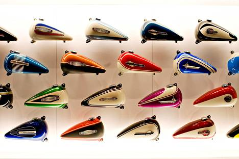 Moninainen valikoima moottoripyörän bensatankkeja on esillä Harley-Davidson Museumissa Milwaukeessa.