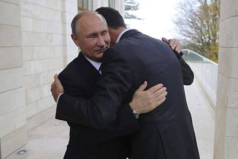 Syyrian presidentti Bashar al-Assad kapsahti Venäjän presidentin Vladimir Putinin kaulaan Sotšissa maanantaina.