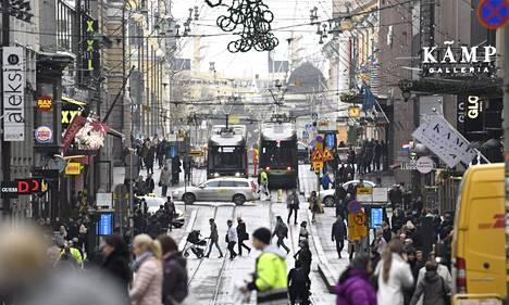 Jos syntyvyyden lasku jatkuu 2010-luvun nopeaa tahtia, myös alueellinen eriytyminen voi kiihtyä. Voittajia ovat ne kasvukeskukset, jotka houkuttelevat muuttohaluisten nuorten pienenevää joukkoa. Kuva on otettu Helsingin keskustasta marraskuussa 2018.